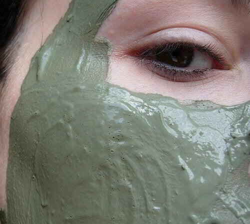 маски для обличчя з зеленою глиною