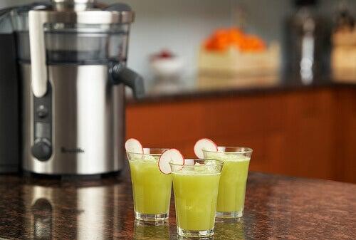 смузі з селери та ананасу в стаканах