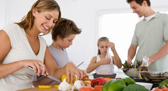 родина разом готує