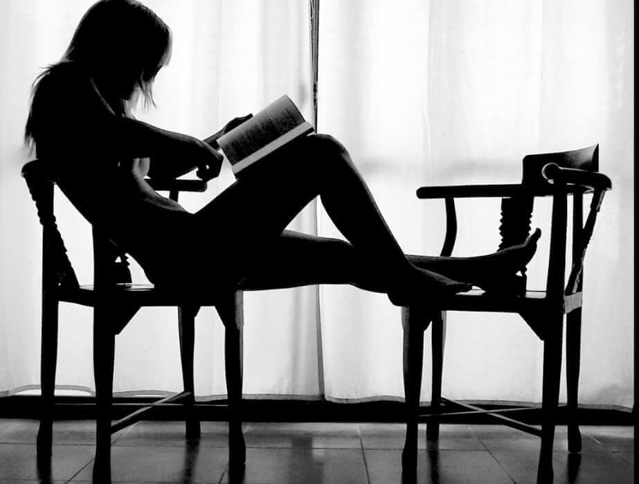 жінка читає у тиші