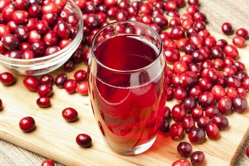 журавлина та склянка соку з журавлини
