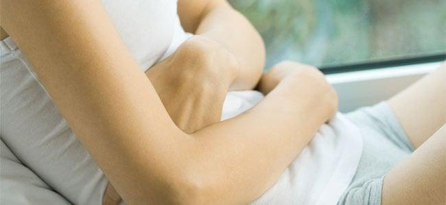 біль в животі один з симптомів запалення підшлункової залози