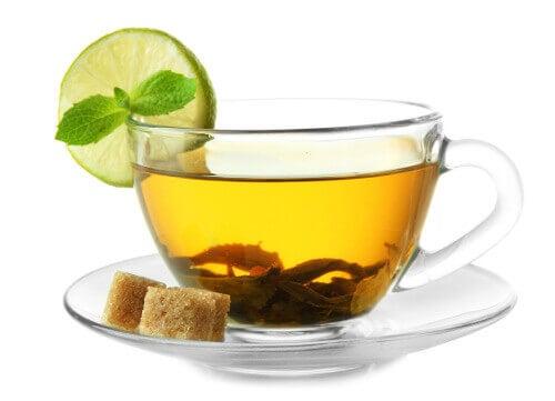 зелений чай у філіжанці