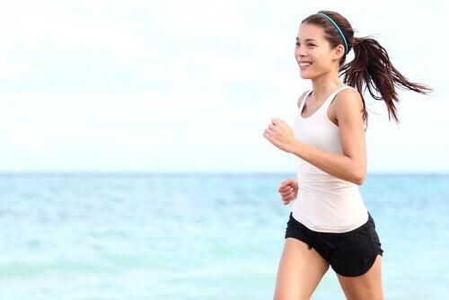 дівчина займається бігом