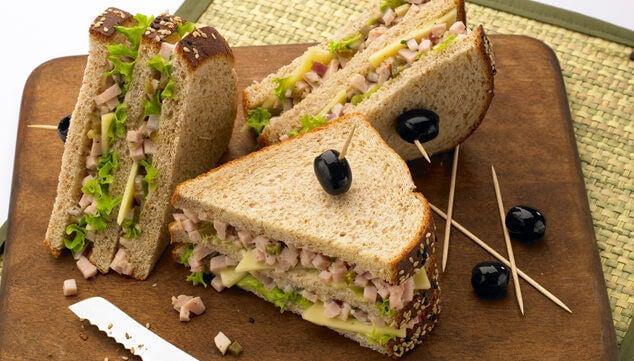 бутерброди з індичкою та авокадо