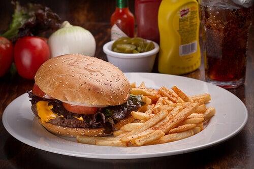 бургер та картопля фрі на тарілці