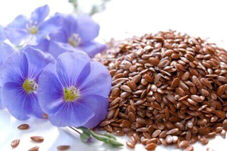 насіння льону та голубі квітки