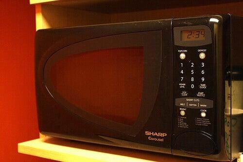 використання мікрохвильової печі на кухні