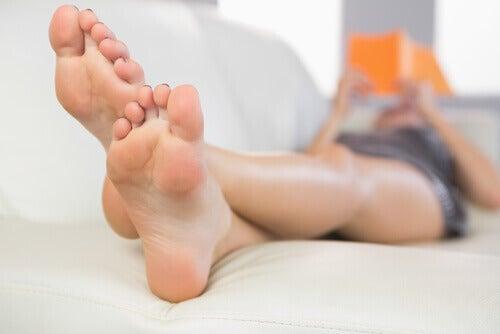 жінка лежить з припіднятими ногами