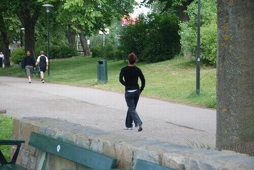 Біг у парку, як спосіб спалити жир на стегнах