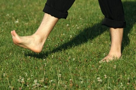 прогулянки босоніж допоможуть усунути біль в стопах