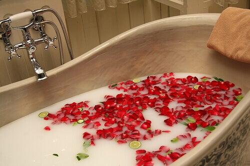 ванна з пелюстками троянди
