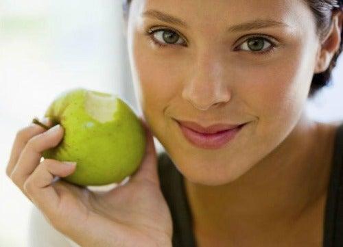 жінка з яблуком у руці
