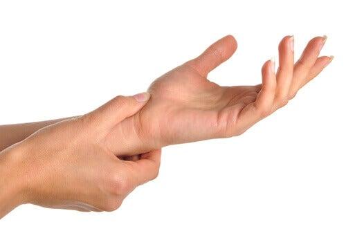 Що спричиняє біль у руках та зап'ястях?