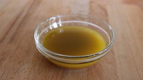 яблучний оцет в тарілці