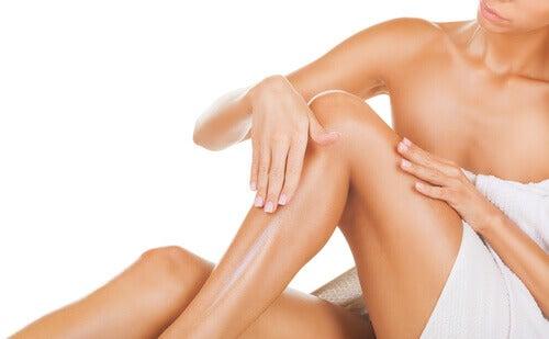 зволоження шкіри лівої гомілки після воскової депіляції