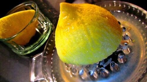 вичавлювання лимонного соку
