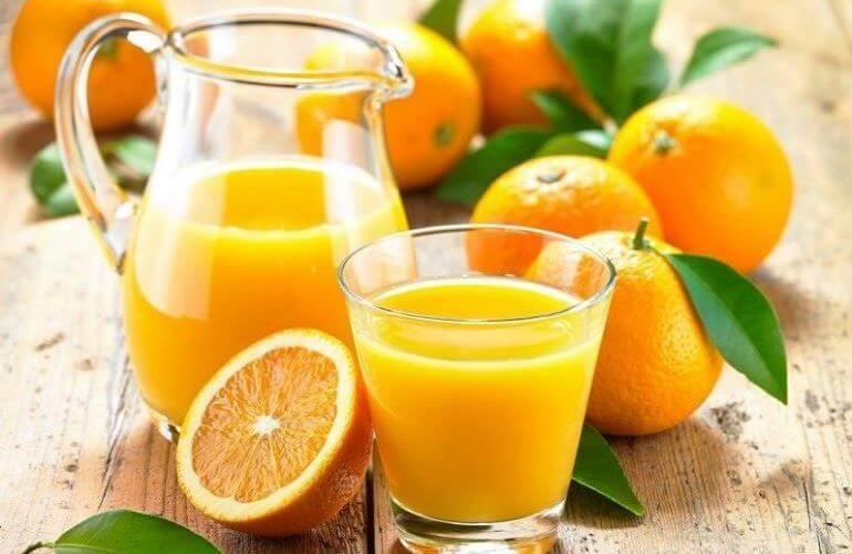 апельсиновий сік містить багато вітаміну С