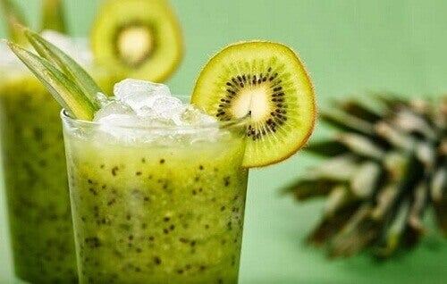 Натуральний смузі з зеленого салату та ківі для схуднення