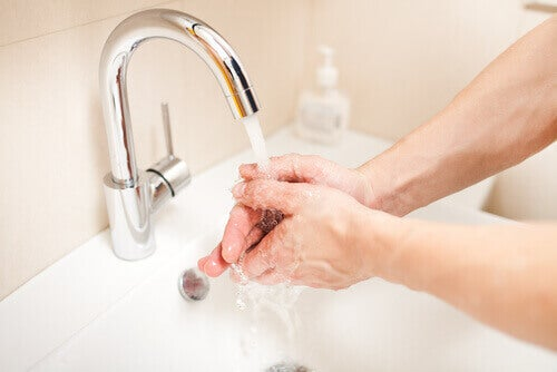 людина миє руки