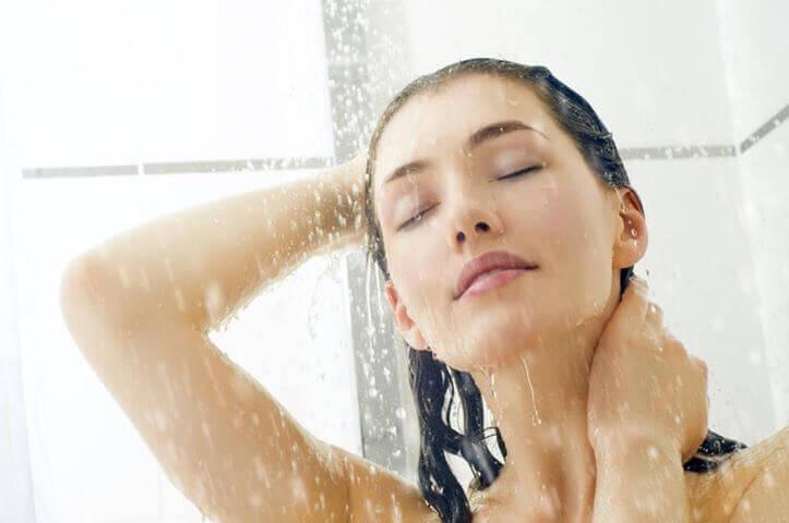 жінка миється