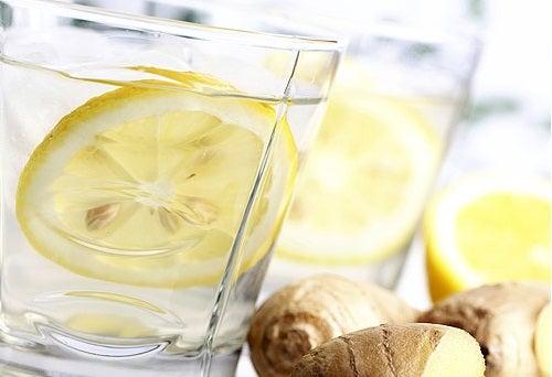 вода з лимоном у склянці