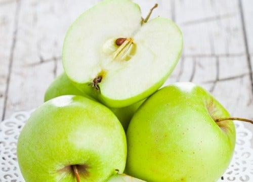 Користь від вживання зелених яблук на голодний шлунок