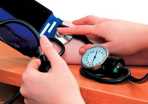 вимірювання артеріального тиску за допомогою тонометра