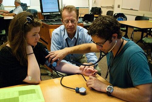 лікар вимірює артеріальний тиск жінці
