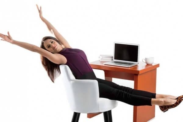 жінка сидить на крісля перед ком'ютером