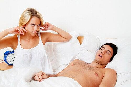 жінка не може заснути через хропіння чоловіка