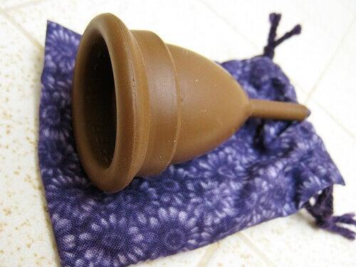 коричнева ментруальна чашка