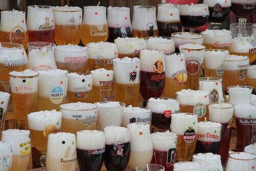 багато бокалів різного пива