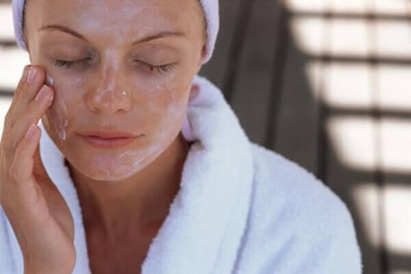жінка робить маску для обличчя