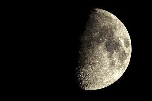 Місяць впливає на життя людини