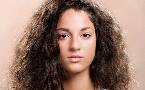 дівчина з неслухняним волоссям