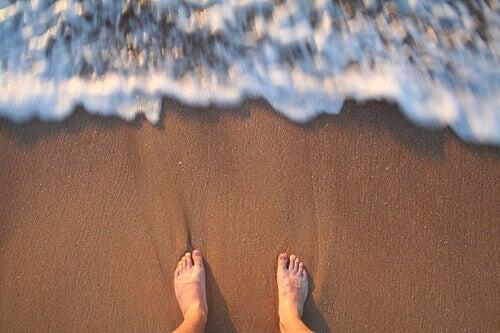 ногі як за хвилю накриє волною