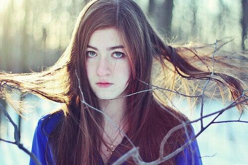 дівчина з прямим волоссям