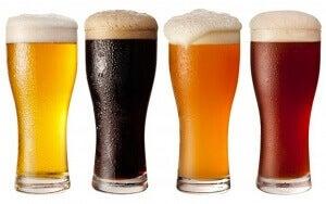 чотири бокали пива