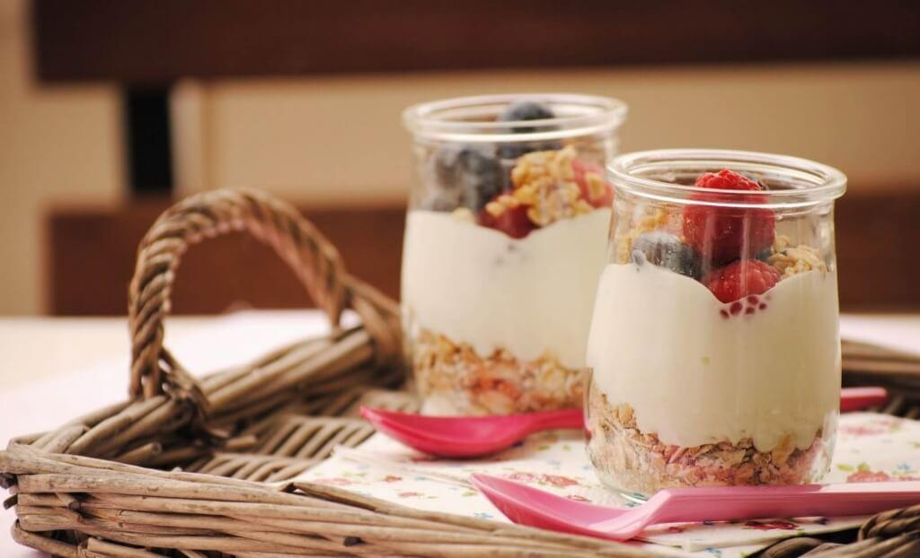 йогурт та мюслі на сніданок