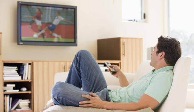 чоловік дивиться телевізор