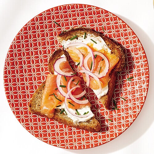 Тост з копченим лососем