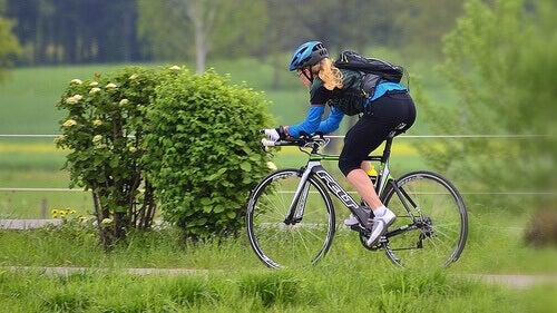 дівчина їде на велосипеді