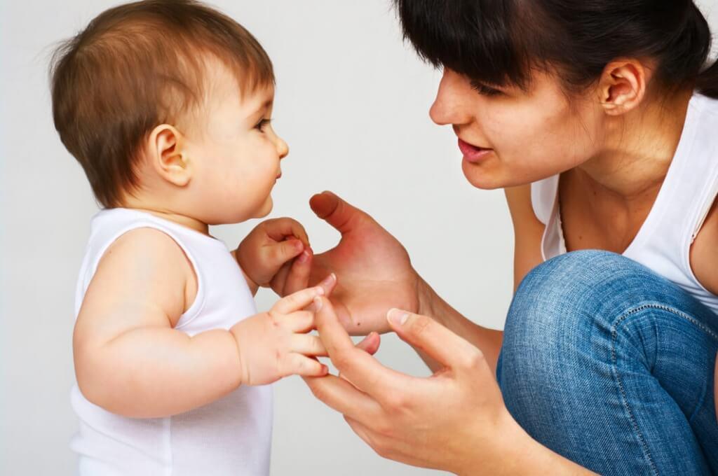 мати навчає дитину говорити