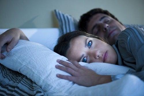 жінка не може заснути