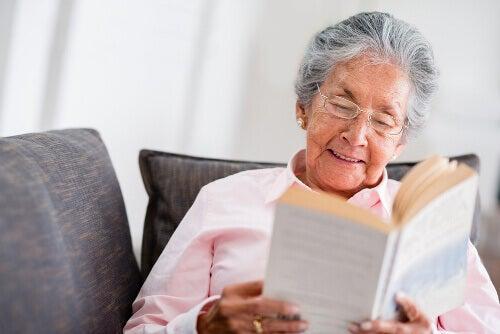 бабуся читає книжку