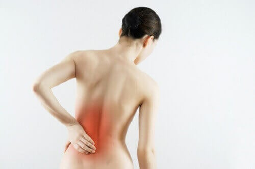 біль в спині - один з симптомів серцевого нападу