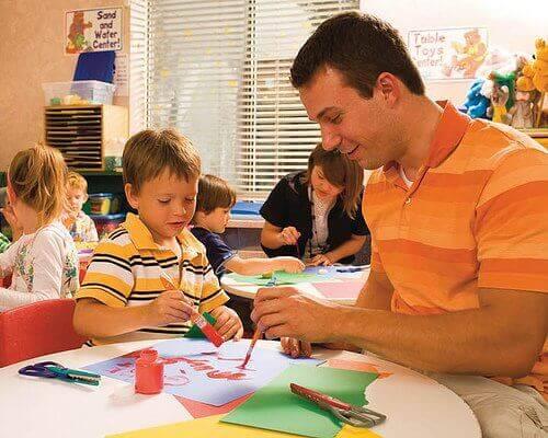 батько малює із сином
