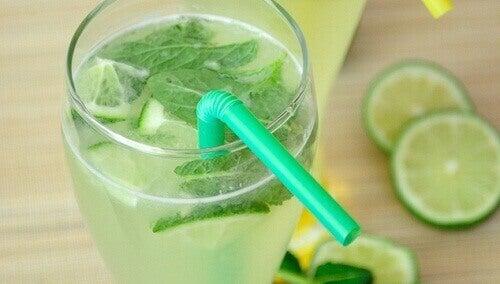 лимонний сік з м'ятою, імбиром та огірком