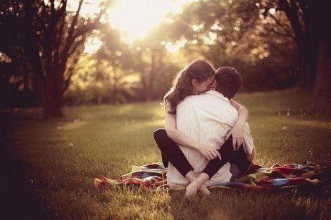 закохана пара на природі